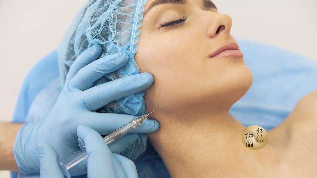 cirurgia plástica - na imagem uma mulher deitada em uma maca hospitalar realizando um procedimento estético no rosto