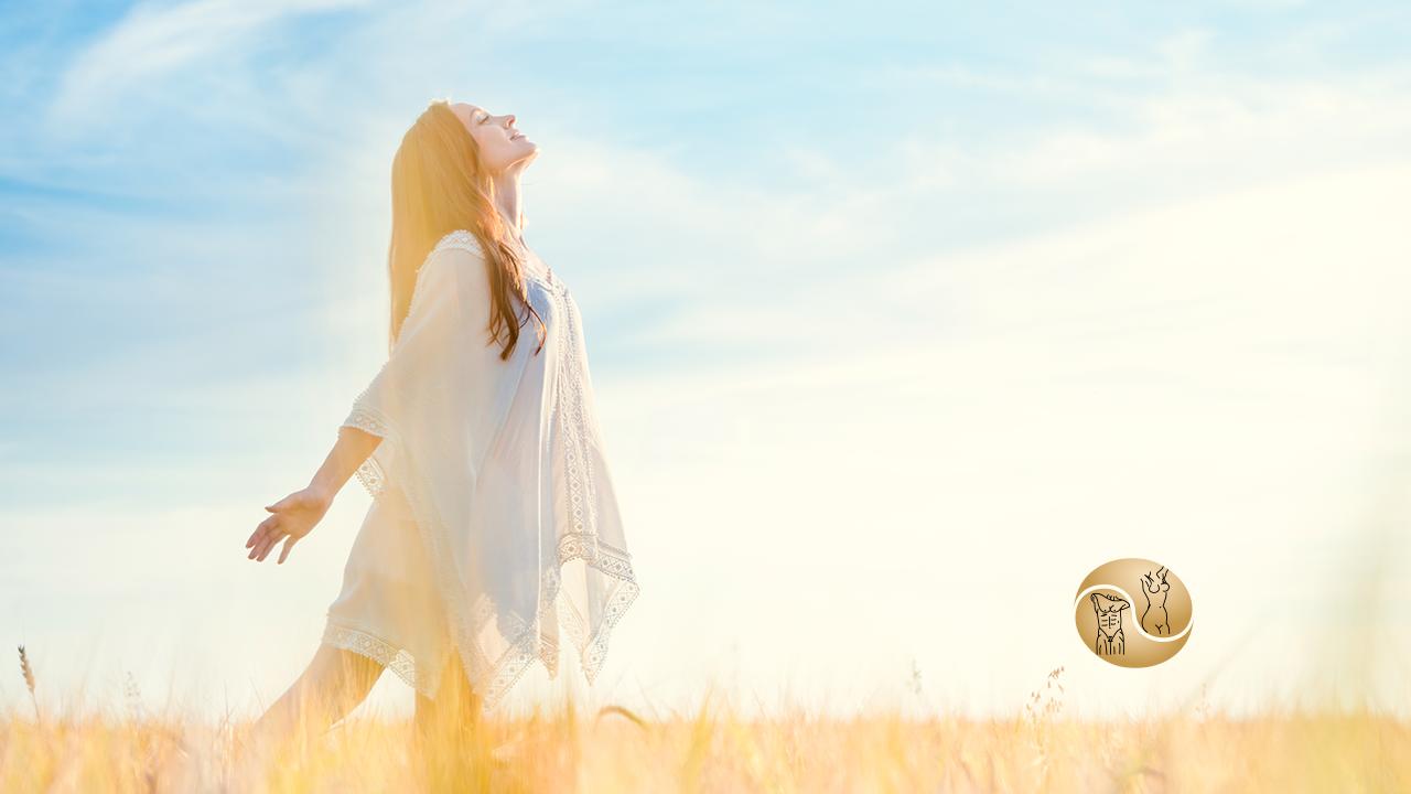 CIRURGIA PLÁSTICA: O que muda na sua vida - a imagem contém uma mulher feliz