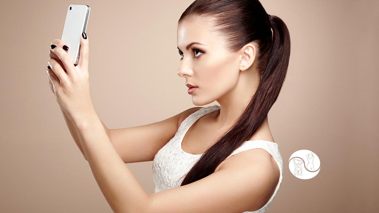 CIRURGIA PLÁSTICA E AS REDES SOCIAIS - a imagem contém uma mulher tirando selfie